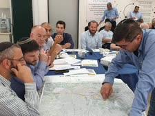 """מנכ""""ל נתיבי ישראל ניסים פרץ מציג מפה לשר סמוטריץ' ולראש העירייה קשת [צילום: איתן פולד]"""