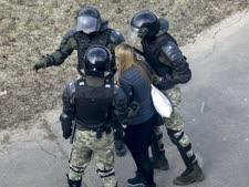 מעצר מפגינה בבלארוס, מארס 2021 [צילום: AP]