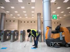 חיטוא רצפת תחנת נבון בירושלים [צילום: אוליביה פיטוסי/פלאש 90]