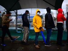 מהגרים בתור בדרום תל אביב [צילום: תומר נויברג/פלאש 90]