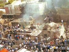 המון פורעים ערבי צובא על קבר יוסף בשכם  [צילום: פלאש 90]