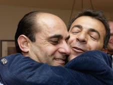"""עזאם עזאם (משמאל) נופל בזרועות אחיו במלון קרלטון בת""""א [צילום: אבי אוחיון/לע""""מ]"""