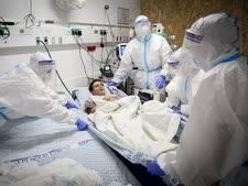 חולה קורונה בבית החולים זיו [צילום: דוד כהן, פלאש 90]