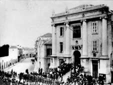 חיילים מצבא אלנבי מניפים את הדגל הבריטי על בניין הסראייה ביפו. התמונה צולמה ב-27 בנובמבר 1917