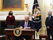ביידן חותם על הצווים [צילום: אלכס ברנדון, AP]