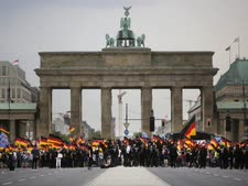 תומכי AfD ליד שער ברדנבורג [צילום: מרקוס שרייבר, AP]