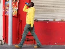 נתין זר מהלך ברחוב בתל אביב [צילום אילוסטרציה: משה שי/פלאש 90]