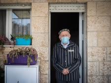 יוסף קליינמן (90) מציין בפתח ביתו את יום הזיכרון האחרון לשואה ולגבורה [צילום: יונתן זינדל/פלאש 90]