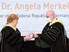 נשיא הטכניון פרופ' אורי סיון מעניק לקנצלרית מרקל את תואר הכבוד [צילום: רמי שלוש, דוברות הטכניון]