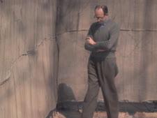 """אייכמן בחצר הכלא ברמלה [צילום: ג'ון מילי/לע""""מ]"""