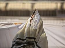 רבים יתפללו בבית [צילום: סבסטיאן שיינר/AP]