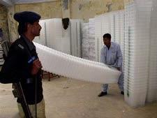 מכינים את הקלפיות לקראת הבחירות בפקיסטן ביום ב' (צילום AP)