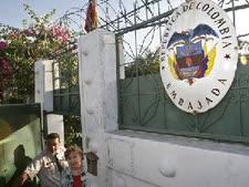 עובדי שגרירות קולומביה במנגואה מתפנים (צילום AP)