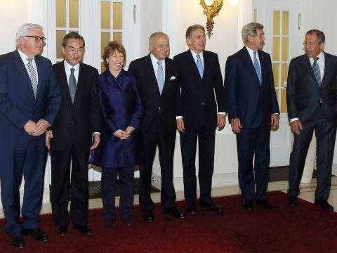 שרי החוץ של מדינות ה-P5+1 לפני פגישתם האחרונה עם נציגי אירן בסבב השיחות הנוכחי על סוגיית הגרעין באירן, וינה, 24.11.14 [צילום: AP]