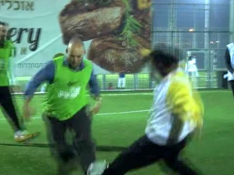 מגמגם. בנט משחק כדורגל