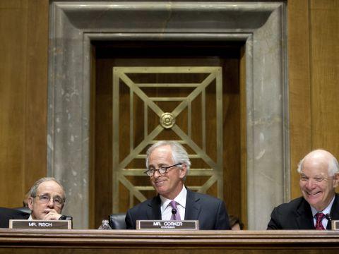 יושב-ראש ועדת הסנאט ליחסי חוץ, בוב קורקר (במרכז), נושא דברים בפני חברי הוועדה בדיון שהתקיים לפני ההצבעה בנושא ההסכם עם אירן. 14 באפריל 2015 [צילום: AP/Andrew Harnik]