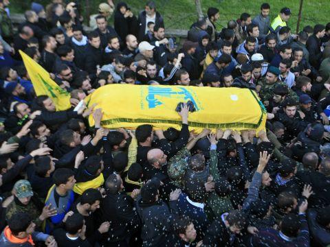 הלוויתו של מוחמד עיסא (ערב סלים, דרום לבנון, 20 בינואר 2015), מפקד בכיר בחיזבאללה, אחראי למבצעים בסוריה ובעירק, אחד משישה אנשי הארגון שנהרגו בהפצצת השיירה ב-18 בינואר 2015, בקוניטרה, הגולן [צילום: AP]