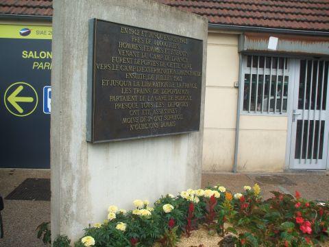 לוח זיכרון לגירוש יהודי פריז לאושוויץ, תחנת הרכבת, לה-בורז'ה, פריז [צילום: איתמר לוין]