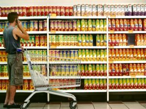 איסוף בקבוקים שמעל 1.5 ליטר [צילום: פלאש 90]