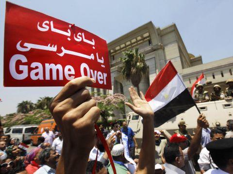 """""""המשחק נגמר"""". אזרחי מצרים חוגגים [צילום: AP]"""