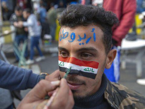 """מפגין בבגדד: """"אני רוצה מולדת"""" [צילום: נאסר נאסר, AP]"""