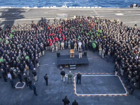 הקפטן ברט קרוזייר פונה אל הצוות שעל סיפון הטיסה של USS תיאודור רוזוולט [צילום: קייליאנה גניר / AP]