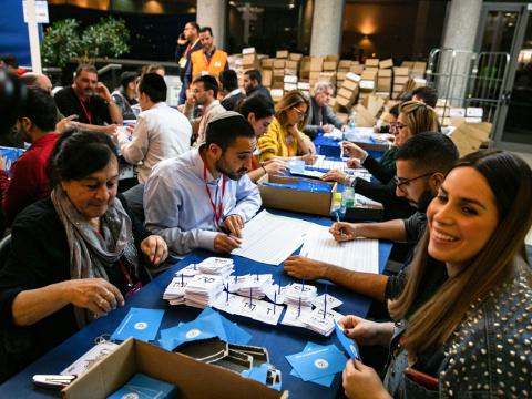 ספירת הקולות בבחירות לכנסת ה-23 [צילום: אוליביה פיטוסי, פלאש 90]