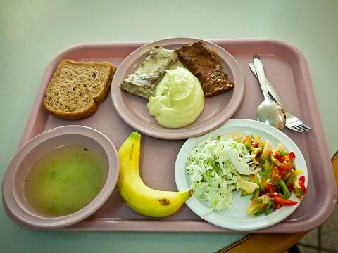 מגש מזון בבית חולים. תחליף אוטומטי [צילום: משה שי/פלאש 90]