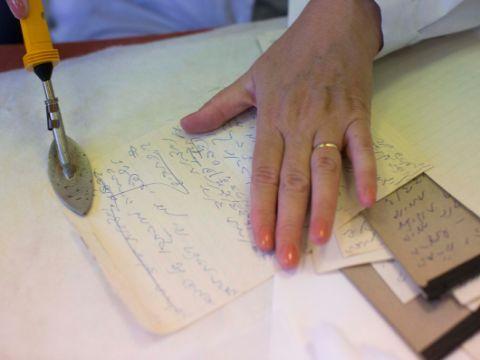 הכנת חומר ארכיוני לעיון בארכיון המדינה [צילום: יונתן זינדל/פלאש 90]