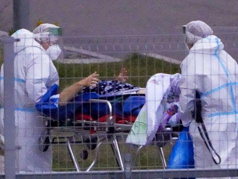 פינוי חולה קורונה במוסקבה [צילום: אלכסנדר זמיאלינצ'נקו, AP]