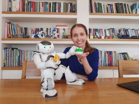 רוזנברג-קימה. עם הרובוט נאו, ברווזון עזר למתכנתים, וצפרדע תומכת