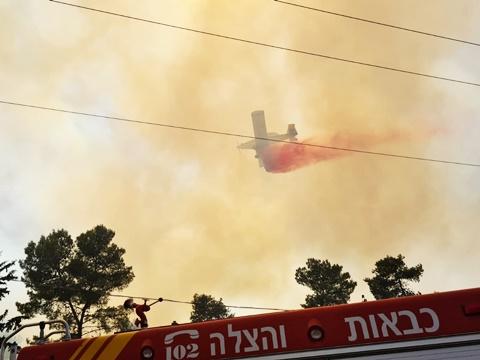 מטוסי כיבוי מסייעים בפעולות ההשתלטות על הלהבות בביתר עילית [צילום: דוברות כיבוי והצלה]