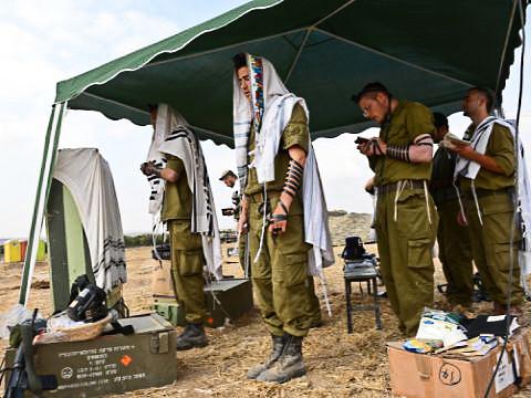 חיילים בתפילת שטח [צילום אילוסטרציה: מנדי הכטמן/פלאש 90]