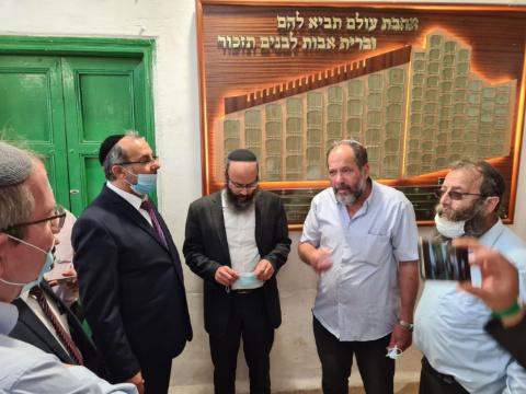 אביטן (משמאל) וראשי הישוב היהודי בחברון [צילום: המשרד לשירותי דת]