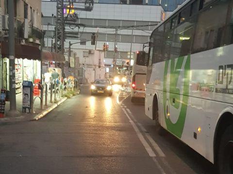 אוטובוסים מול מכון מור [צילום: מולי מנדלסון]