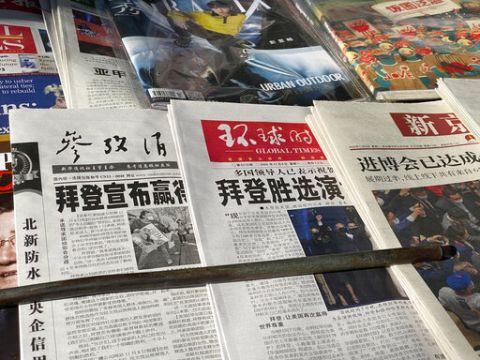"""עיתוני סין, 8.11.20: """"ביידן ניצח"""" [צילום: נג האן גואן, AP]"""