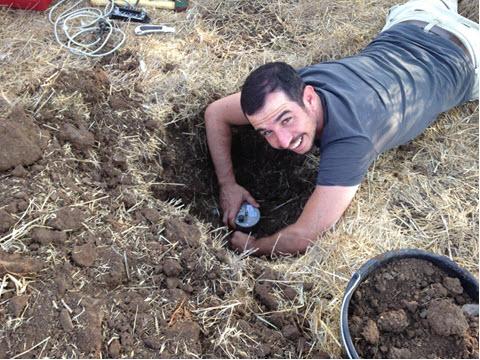 גיא לנג (אוניברסיטת חיפה) מטמין סייסמומטר באדמה [צילום: נעמה שריד]