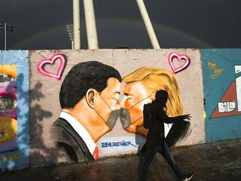 טראמפ ושי ג'ינפינג בגרפיטי בברלין [צילום: מרקוס שרייבר, AP]