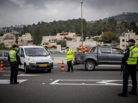 שוטרים במחלף חמד מונעים כניסת חרדים לירושלים בשושן פורים [צילום: יונתן זינדל/פלאש 90]