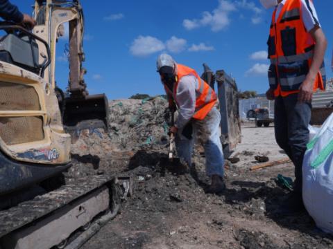 """פינוי פסולת זפת מחופי עתלית [צילום: אלדד יעקב/לע""""מ]"""